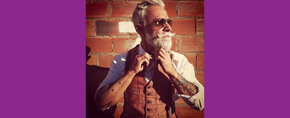 A 70 ans avec des tatouages