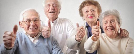 Groupe de 4 personnes seniors