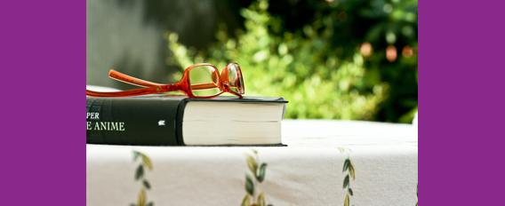 Lunettes posées sur un livre dehors